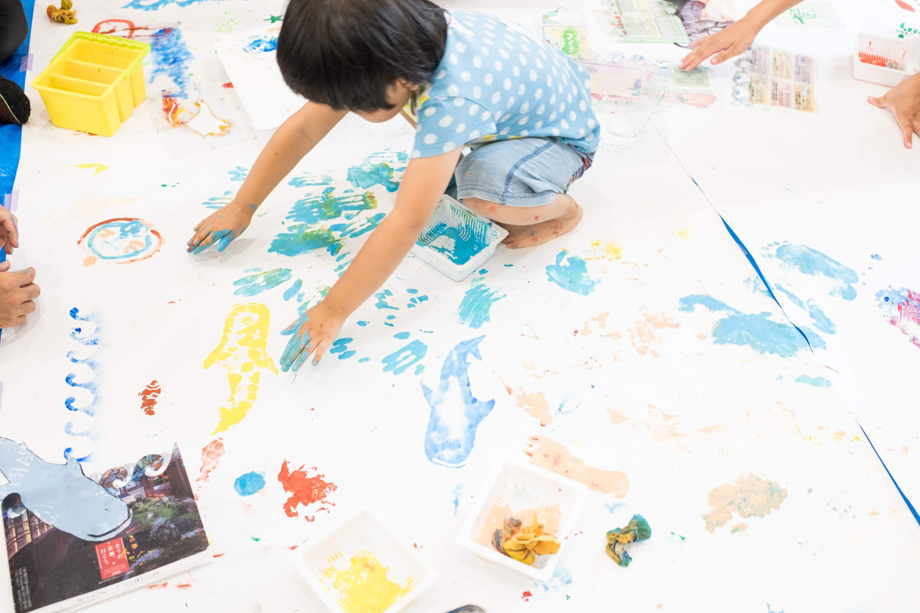 【当日レポート】海をテーマにステンシルとぬたくりの絵の具あそびをしました