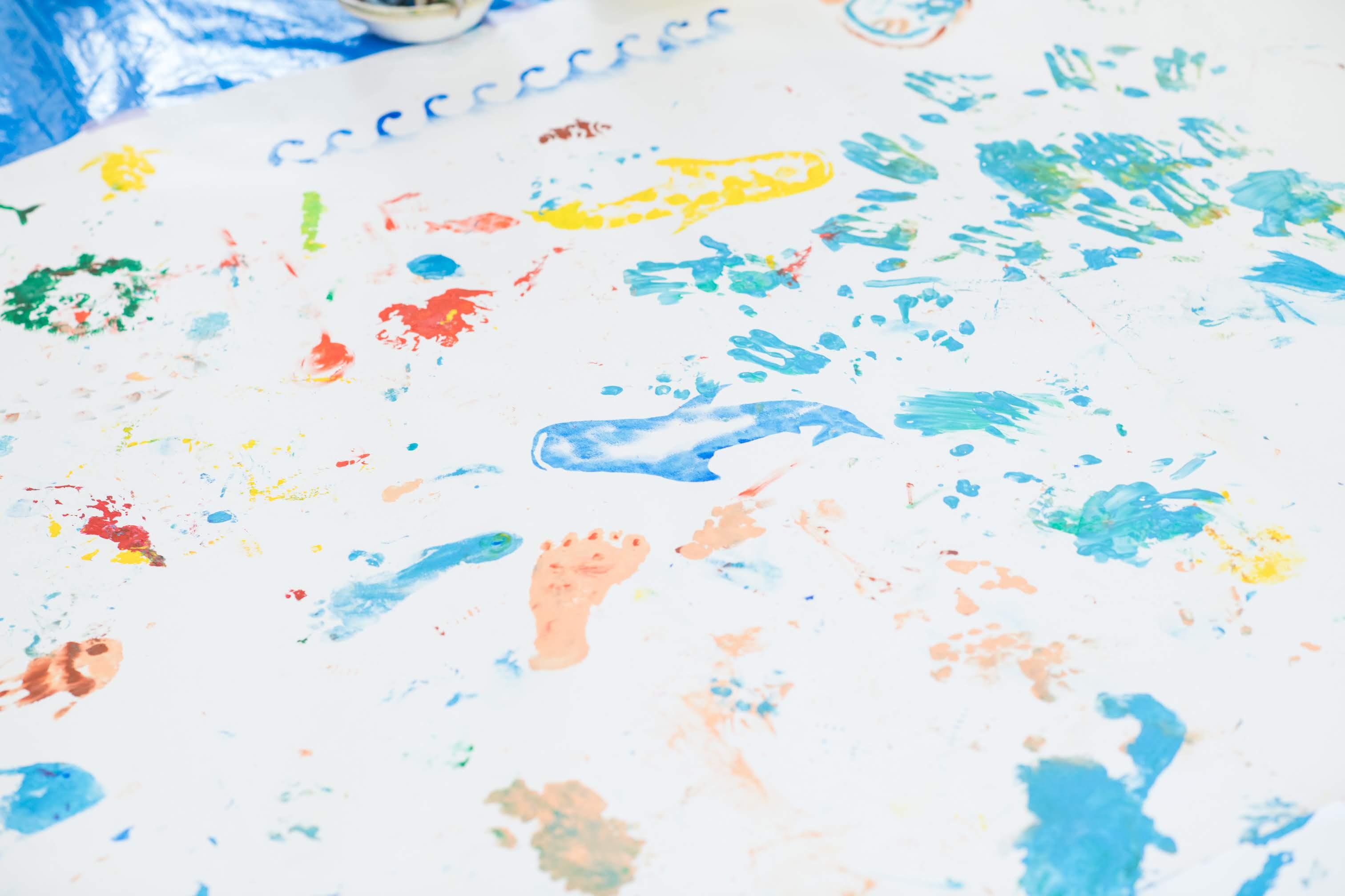 海をテーマにステンシルとぬたくりの絵の具あそび